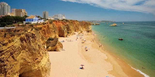 Vista de la Playa Rocha en Algarve