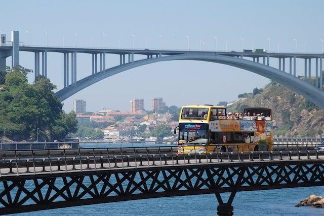 Recorrido en autobús amarillo por Oporto